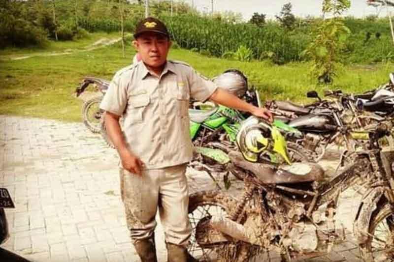 Inilah Guru Honorer Inspiratif Bapak Andik Santoso, Naik Motor Trail Rakitan Demi Pergi Mengajar